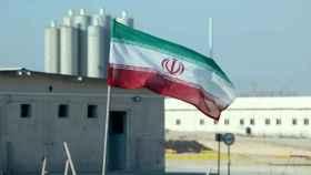 La bandera de Irán en un edificio nuclear del país.