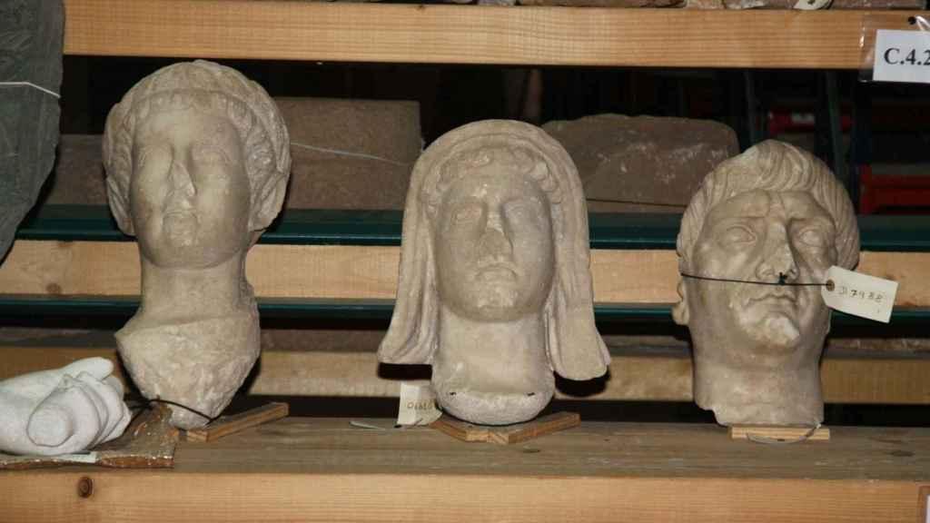 Los bustos de Trajano, el genio del municipio y Claudio, en el almacén.