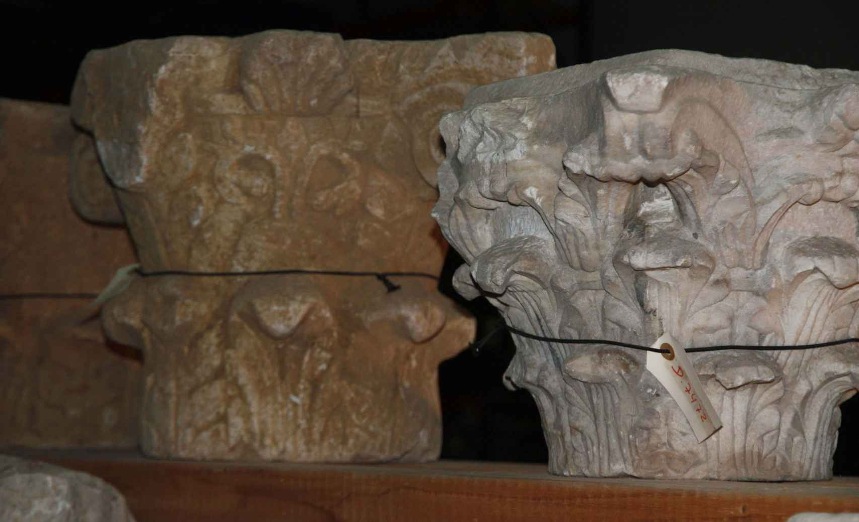Varios de los capiteles hallados en el yacimiento, en el almacén donde se guardan.