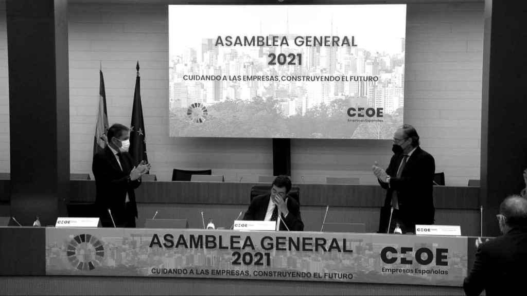 El líder de la CEOE, Antonio Garamendi, llora al recibir el aplauso de la Junta Directiva.