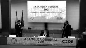 El líder de la CEOE, Antonio Garamendi, recibe el aplauso de la Junta Directiva.