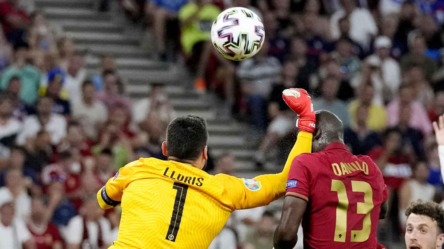 Lloris golpeando a Pereira en su intento de despeje