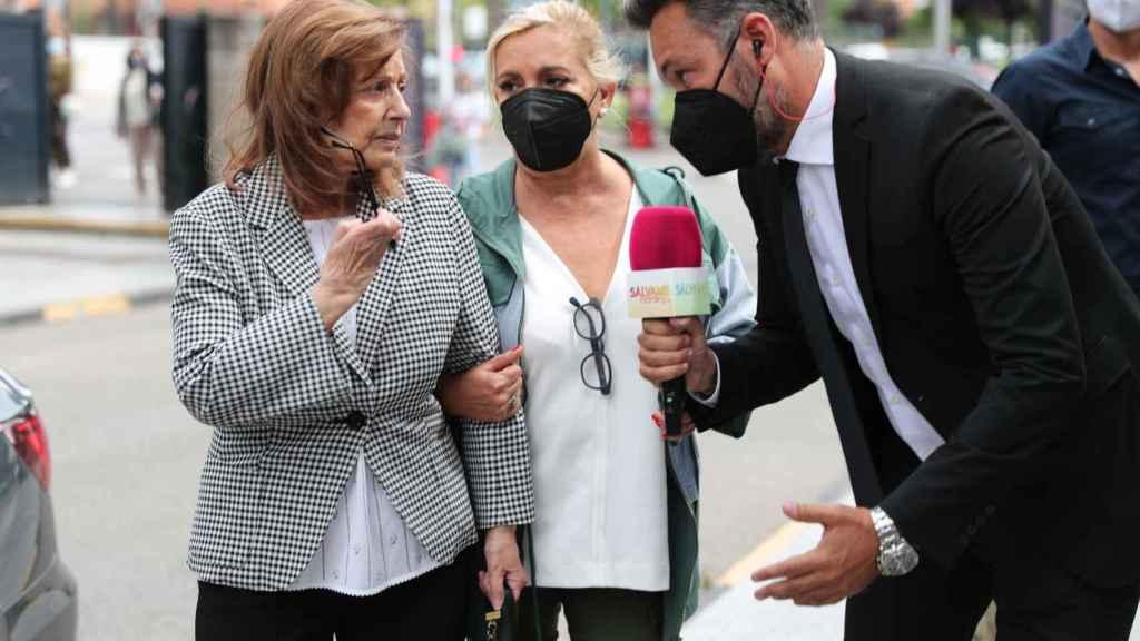 Carmen Borrego salió a recibir a su madre, María Teresa Campos.