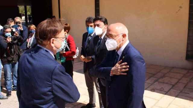 El alcalde Jesús Villar saluda a Ximo Puig en una imagen de hace unos meses.