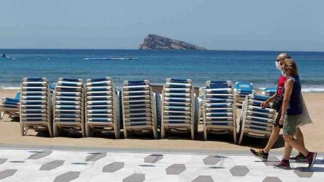 Benidorm recupera las hamacas en las playas.