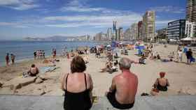 Viajeros del Imserso en la playa.