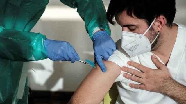 Un sanitario recibe una vacuna contra la Covid-19.