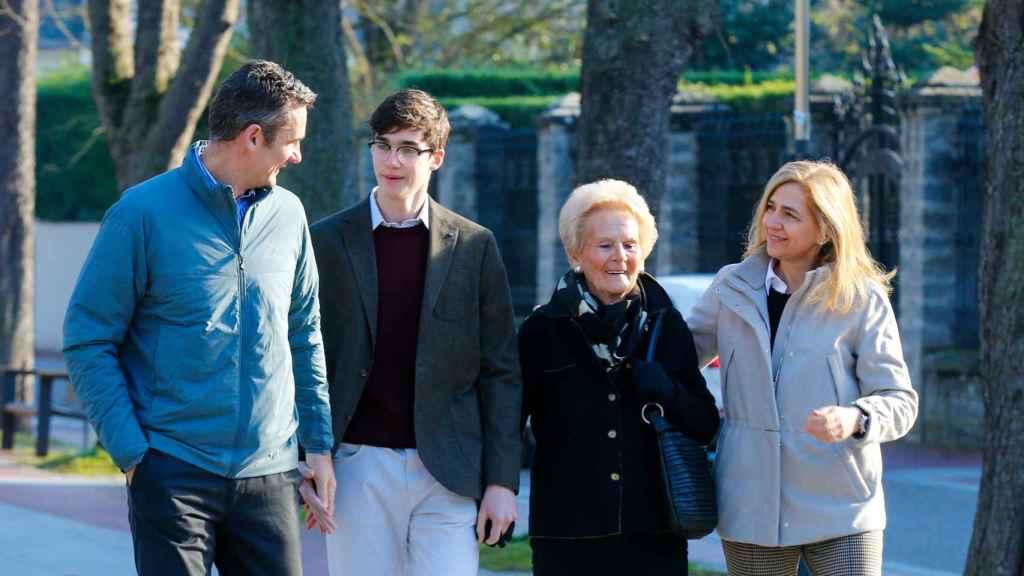 Pablo Urdangarin junto a sus padres y su abuela en Vitoria.