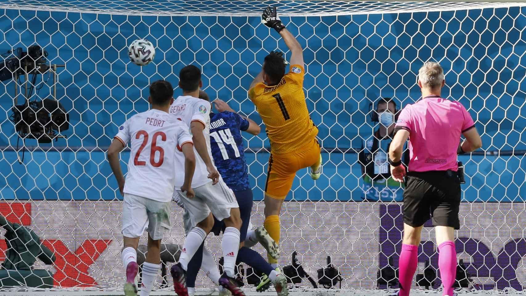Martin Dubravka falla al despejar el balón y mete el gol en su propia portería