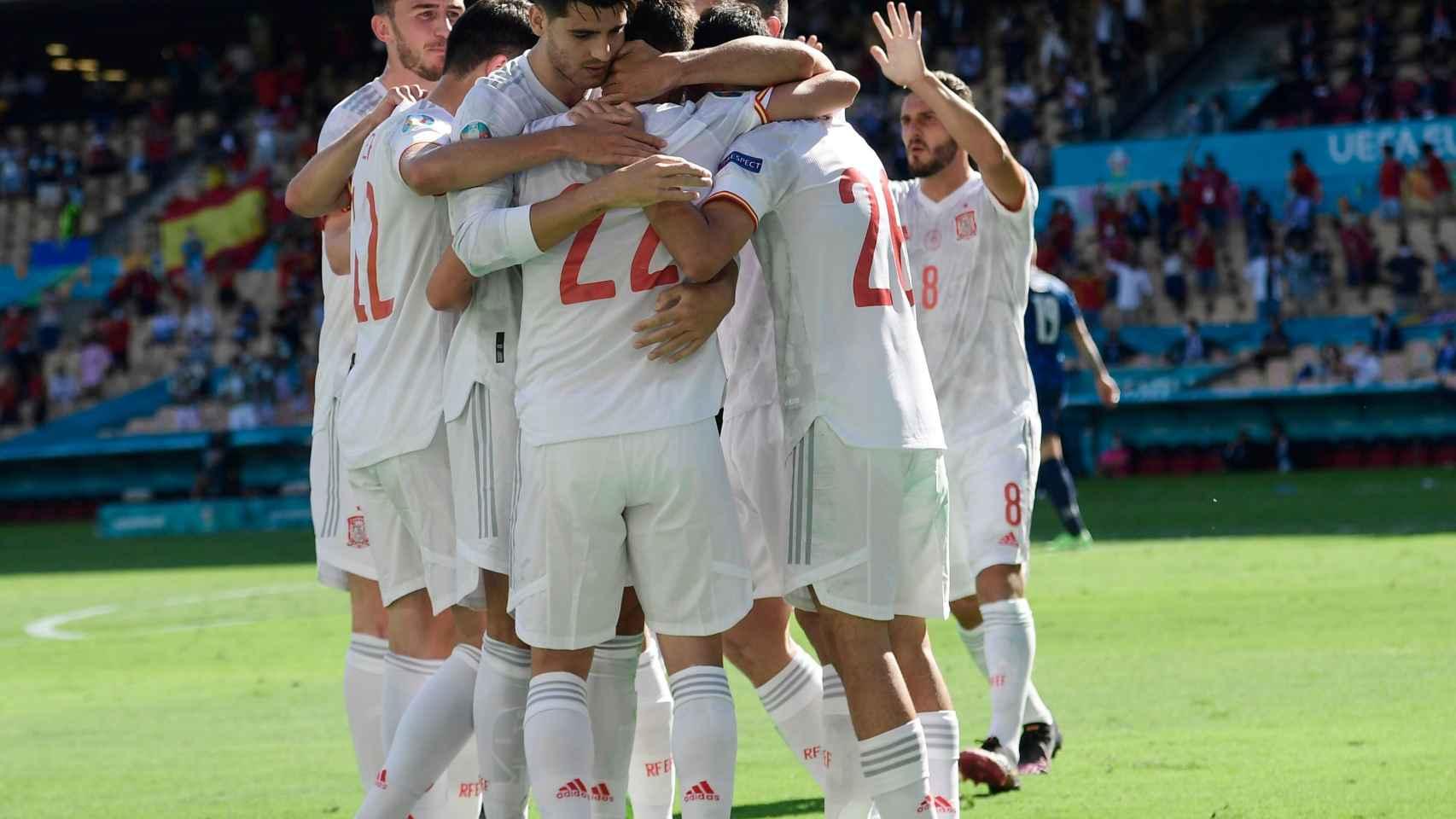Los futbolistas de España celebran el gol en propia puerta del portero eslovaco Martin Dubravka