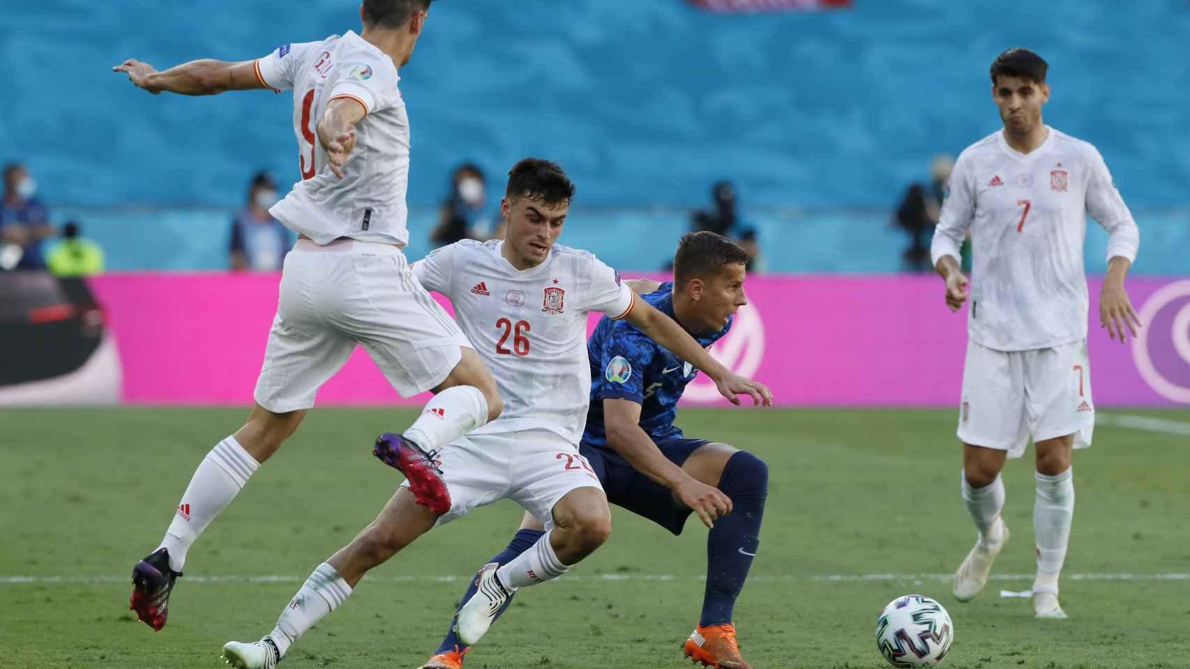Lubomir Satka intenta robar el balón a Pedri y Gerard Moreno