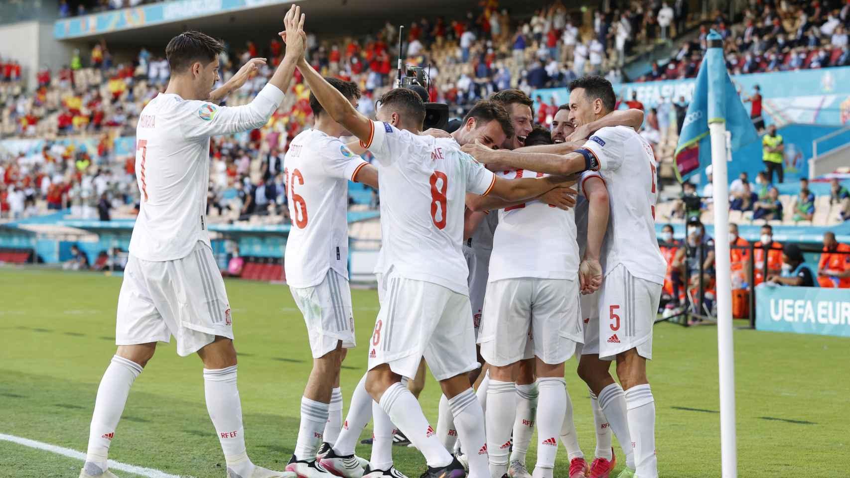 Los jugadores de la Selección celebran con Aymeric Laporte su gol a Eslovaquia