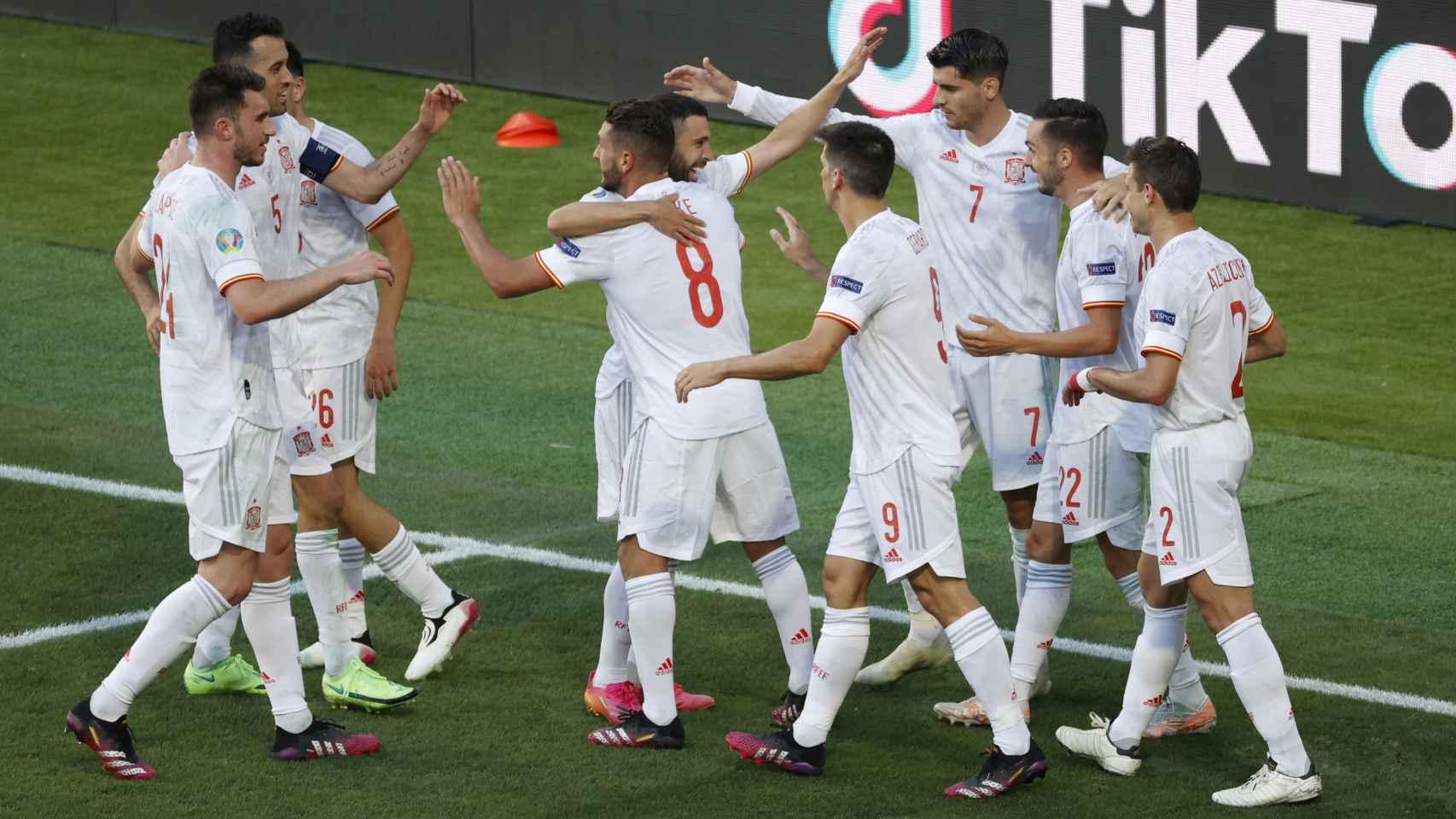 Los jugadores de España celebran el gol de Pablo Sarabia