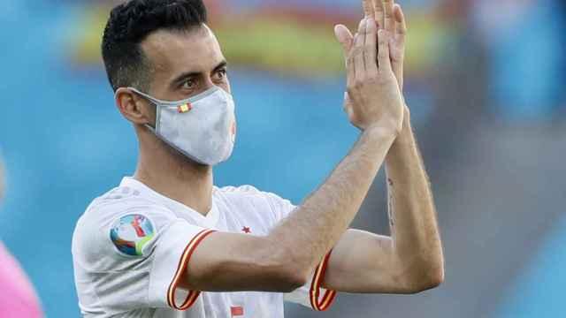 Sergio Busquets saluda a la afición española en La Cartuja
