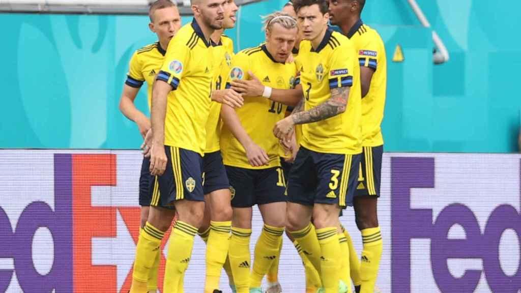 Los jugadores de la selección de Suecia celebran el gol de Forsberg