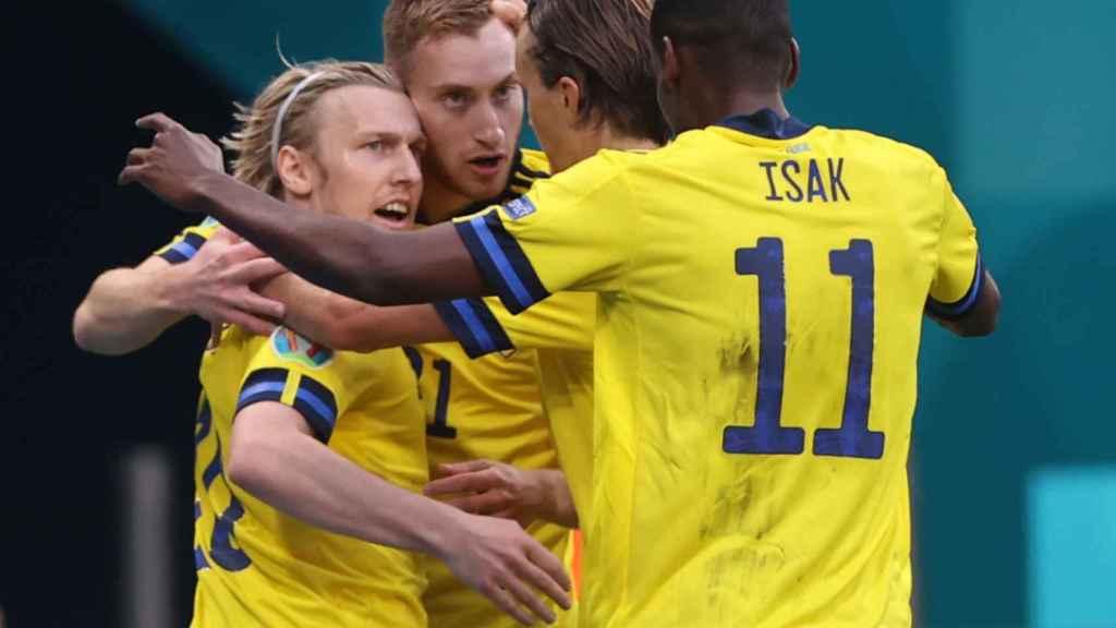 Piña de los jugadores de Suecia para celebrar el gol de Emil Forsberg