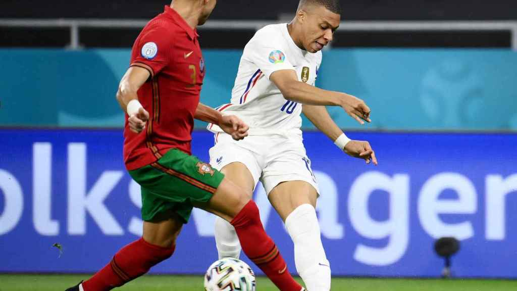 Lanzamiento de Kylian Mbappé ante la presencia de Pepe en el Portugal - Francia de la Eurocopa 2020