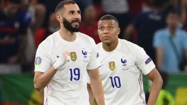 Karim Benzema y Kylian Mbappé celebran el gol del delantero del Real Madrid