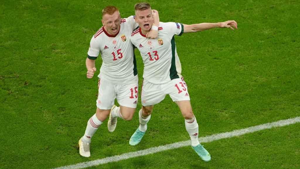 Andras Schafer celebra con Laszlo Kleinheisler su gol con la selección de Hungría