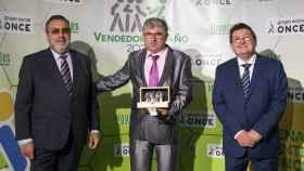 Simarro en el acto de recogida del premio junto a Miguel Carballeda y Ángel Sánchez