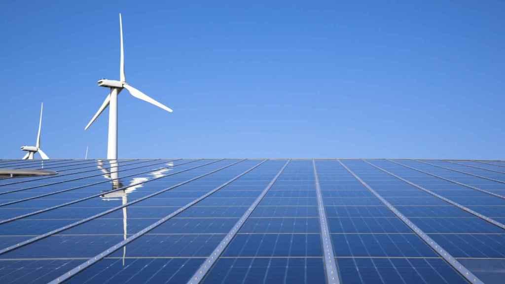 Paneles solares y aerogeneradores.