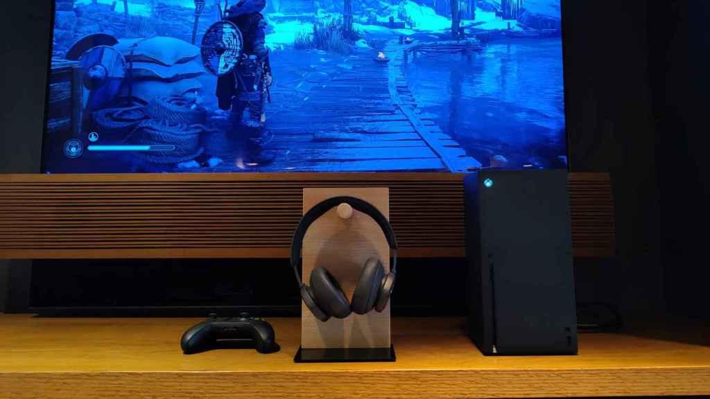Los Beoplay Portal junto con la Xbox Series X.