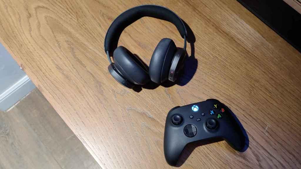 Los Beoplay Portal junto con el mando de la Xbox Series X.