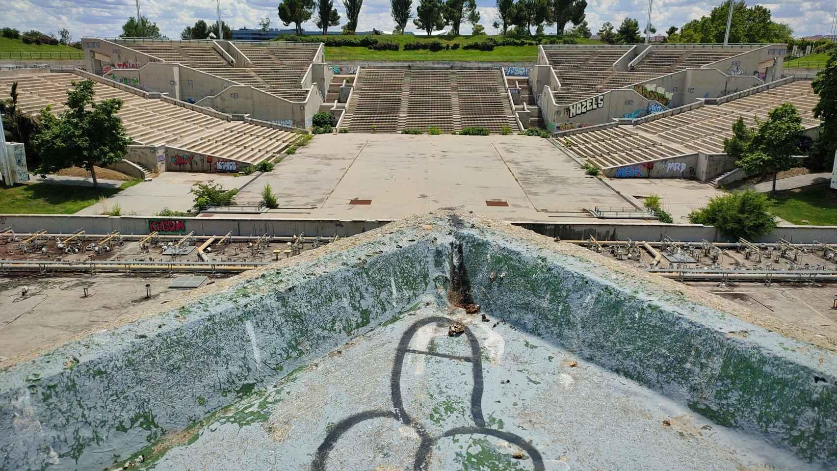 Así está el auditorio del Parque Juan Carlos I de Madrid tras 13 años de abandono.