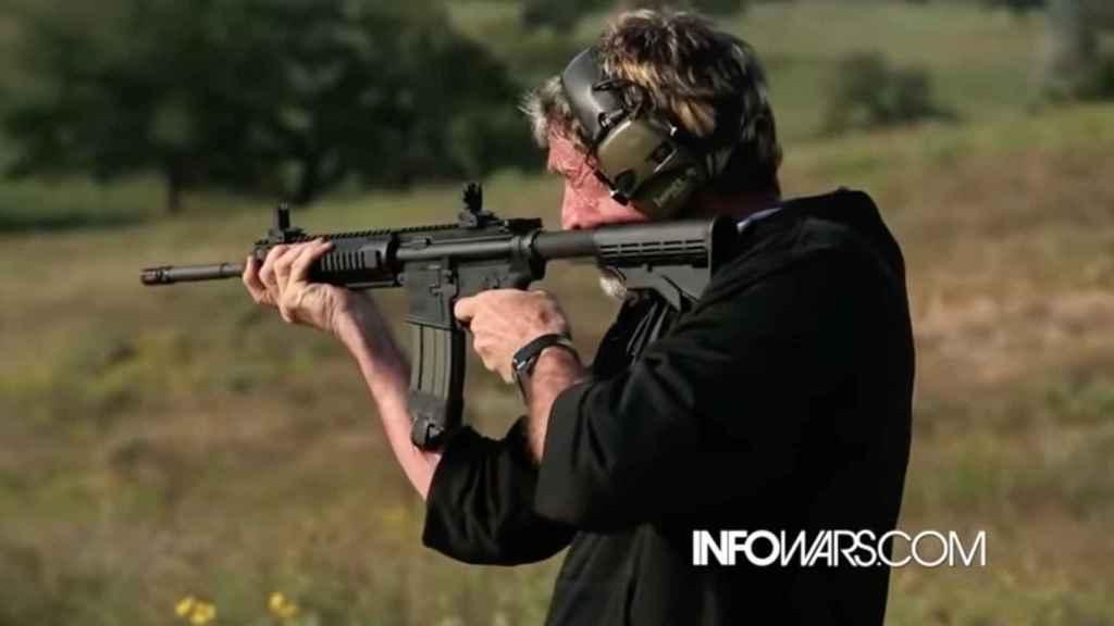 John McAfee disparando.