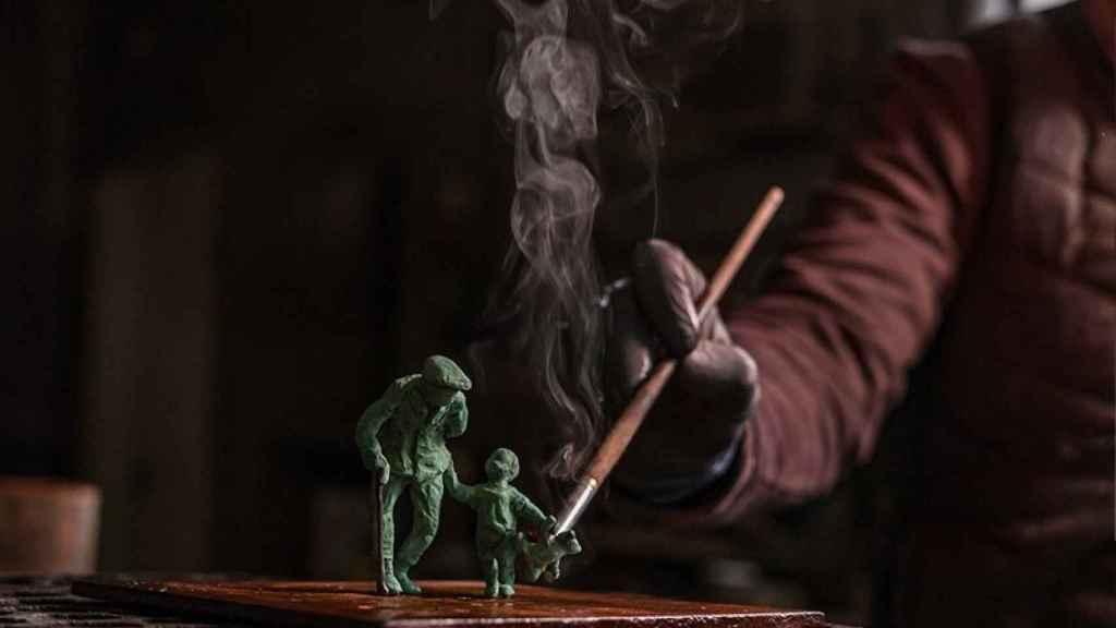 Autor haciendo esculturas. Foto: Aere