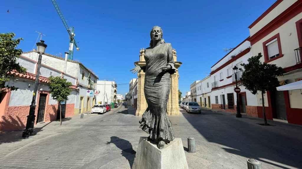 Monumento a La Paquera de Jerez, delante de la capilla de la Hermandad de la Yedra.