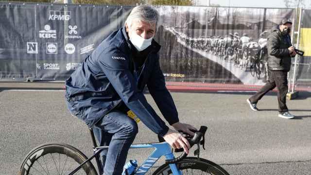 Eusebio Unzue, con una de las bicicletas del Movistar Team