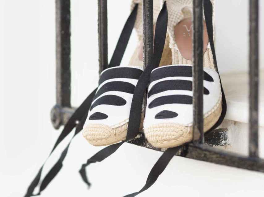 Alpargatas trenzadas en blanco y negro de la nueva colección.