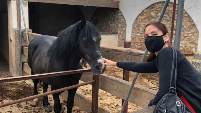 Elisa Díaz durante la visita a la granja escuela de Olocau.