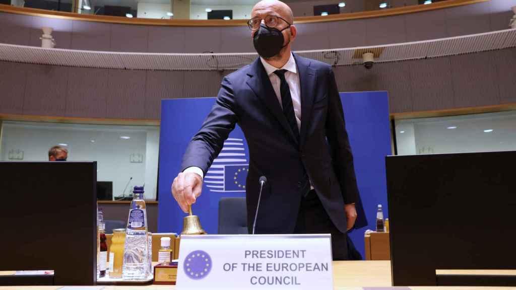 El presidente del Consejo Europeo, Charles Michel, marca con su campana el inicio de la cumbre de este jueves