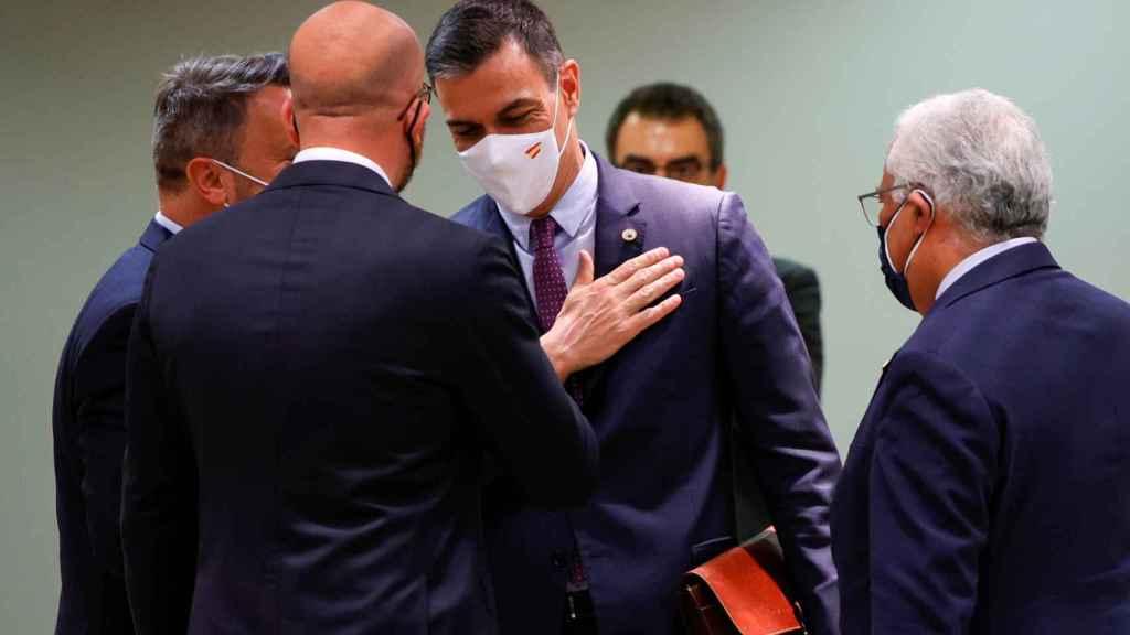 Pedro Sánchez saluda a Charles Michel durante la cumbre de Bruselas