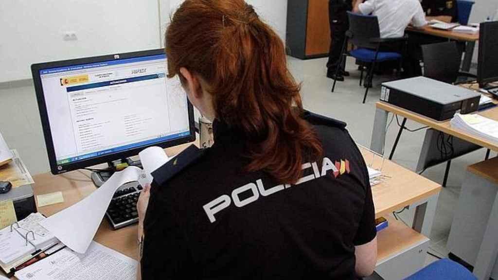 Una agente de Policía Nacional tramitando una denuncia.