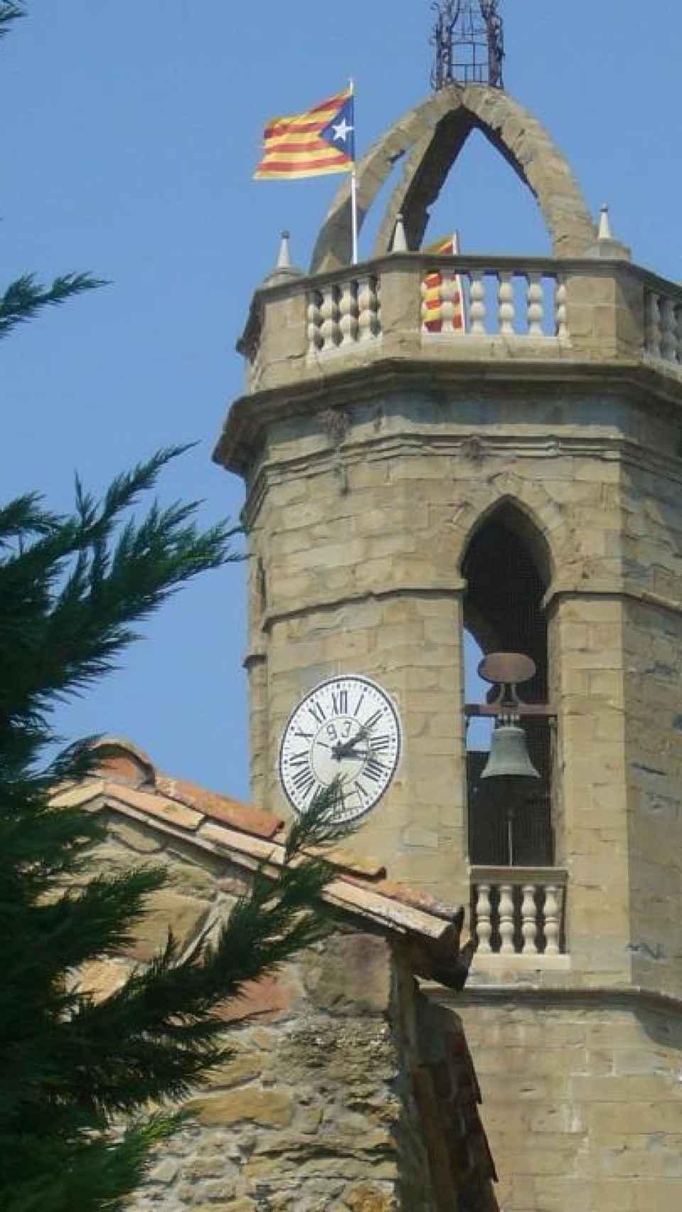 El campanario de la iglesia de Jafre cuando Planellas permitió la estelada.
