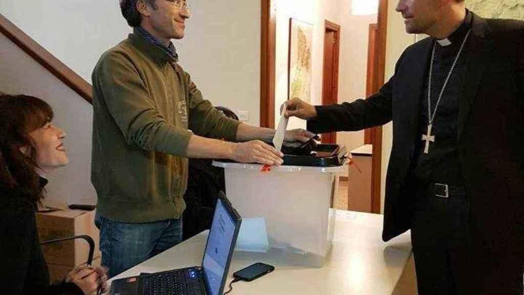 Xavier Novell, votando en el referéndum ilegal del 1-O.