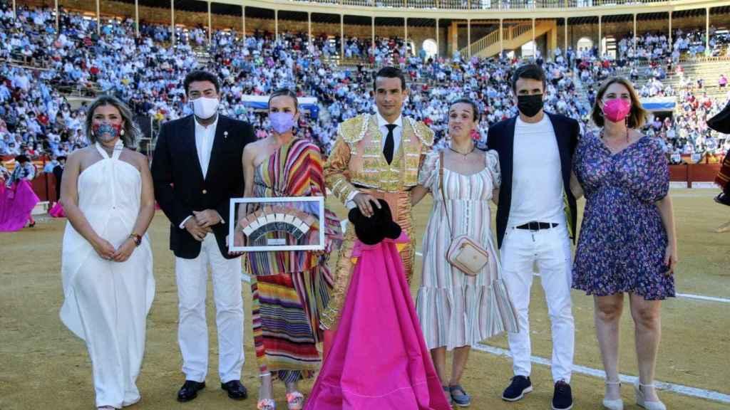 Luis Barcala y Mari Carmen de España, con los hijos del maestro.