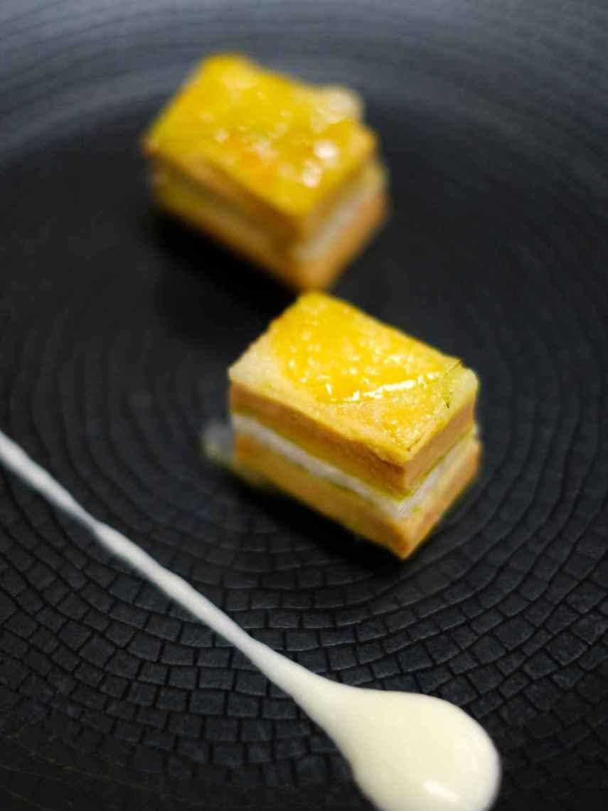 Milhojas caramelizado de foie, manzana y anguila