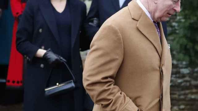El príncipe Carlos en primer plano, detrás, los duques de Sussex.