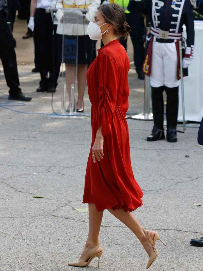 Letizia eligió unos zapatos destalonados de Carolina Herrera, en color nude.