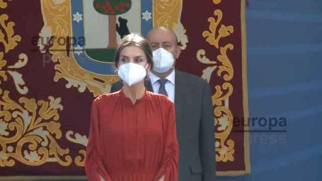 La Reina Letizia recupera su idilio con el rojo