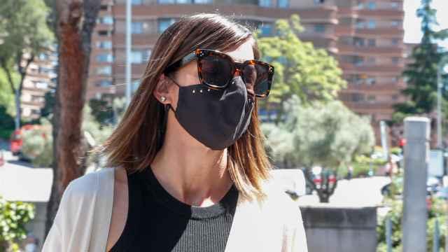 Alba Santana atendiendo a los medios de comunicación a la puertas del tanatorio.