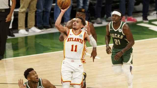 Trae Young, ante los Milwaukee Bucks en los playoffs de la NBA