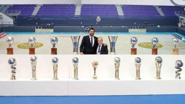 Felipe Reyes y Florentino Pérez junto a los trofeos del capitán