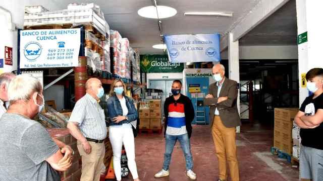 El subdelegado del Gobierno en Cuenca visita el Banco de Alimentos.