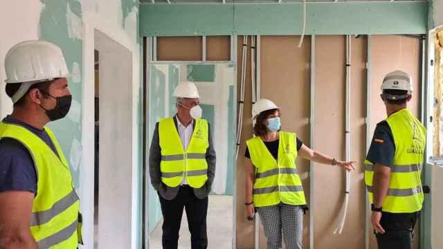 El presidente de la Diputación, José Luis Vega, visita las obras del cuartel.