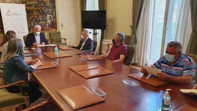 Reunión entre el presidente de la Diputación de Guadalajara, José Luis Vega, y la Agrupación de Ganaderos de la Sierra Norte